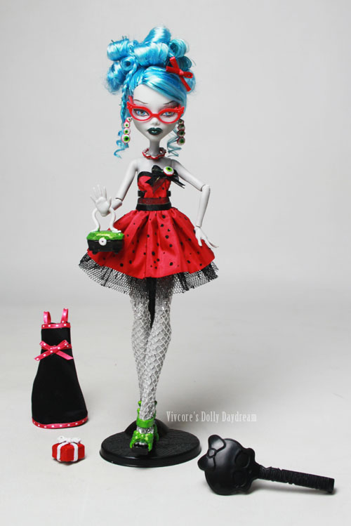 Vivienne Wormwood customizó una Ghoulia Dead Tired en esta Ghoulia Sweet 1600